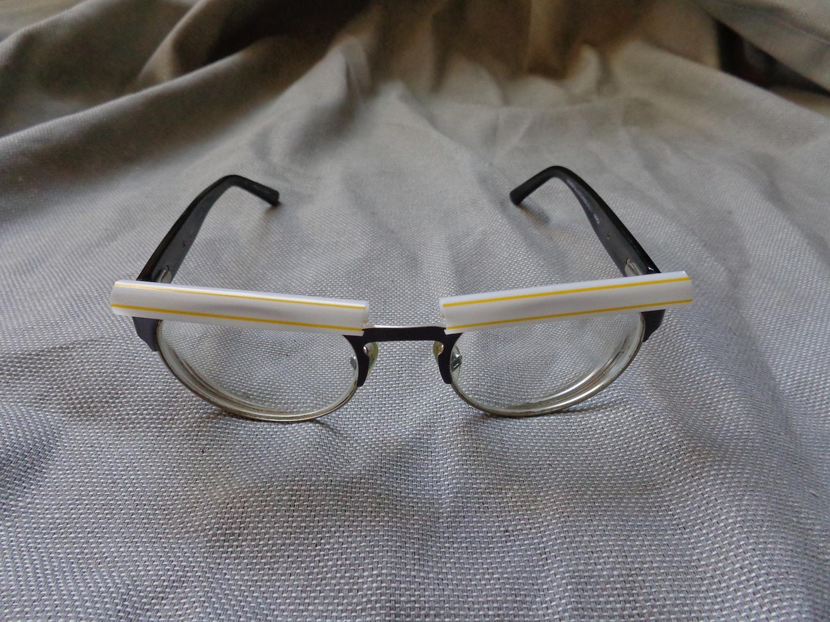 Place the pieces of straw over the frames of your glasses.